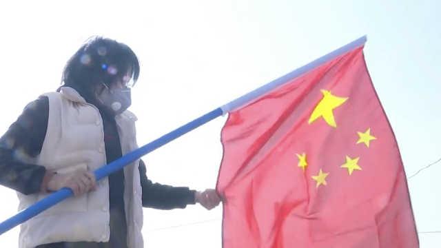 广汉居民悬挂五星红旗为逆行者加油