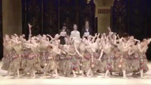 日本芭蕾舞团唱中国国歌为中国加油