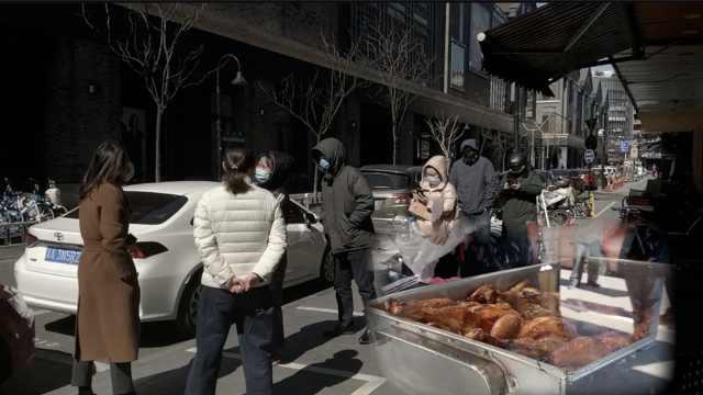 复工首日:烤禽店顾客间隔1米排长龙
