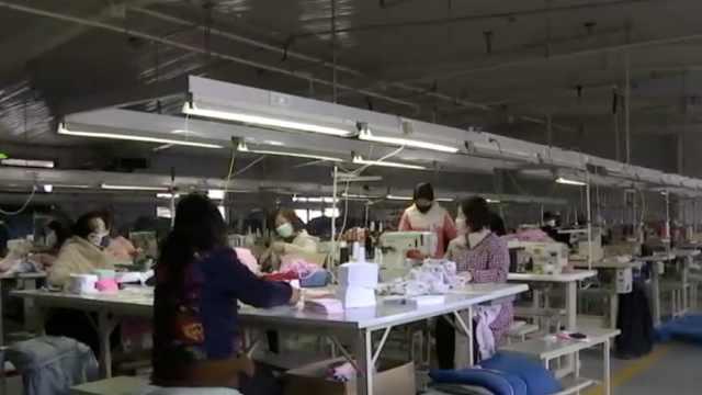 服装厂复工必测体温,每台机器隔1米
