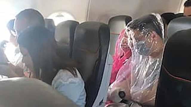澳航班两名乘客用塑料袋包裹全身