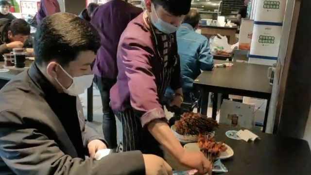 兰州烤串店复工,食客站着狂吃40串