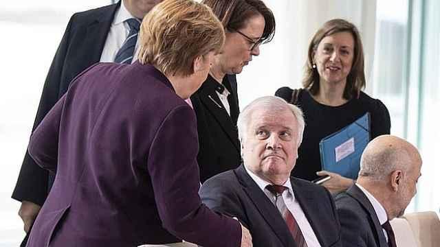 德国内政部长拒绝与默克尔握手