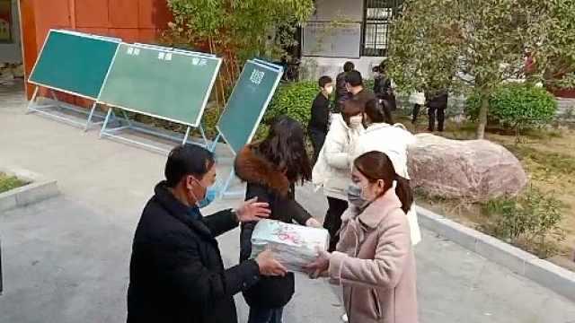 班主任打包3万本书,邮寄到学生家