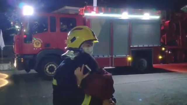 消防战士出警后与45天未见妻子拥抱