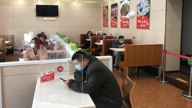 水饺店复工设隔离罩,1人1桌像考试