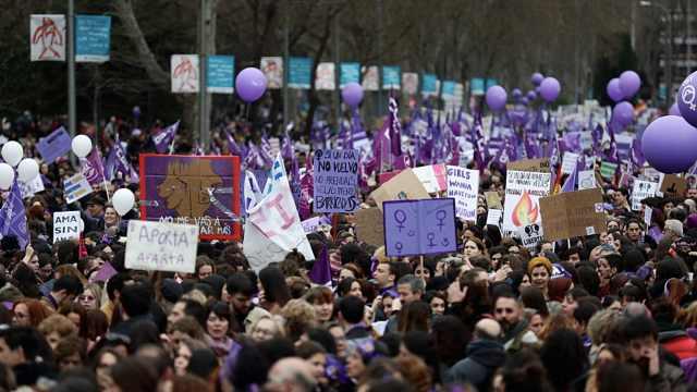 全球多地妇女节游行,戴口罩的人少