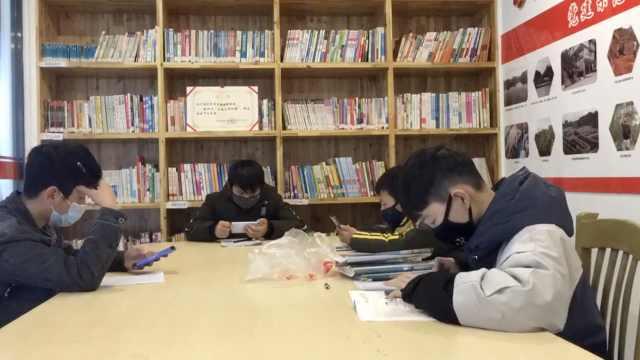 学生上网课没WiFi,村委开临时学堂
