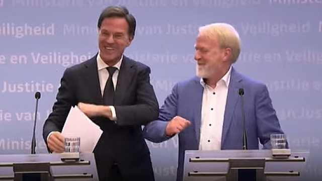 尴尬!荷兰首相称不握手后立刻握手