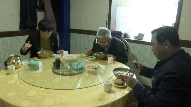新疆县委书记和县长带头下馆子:为消费行业打气