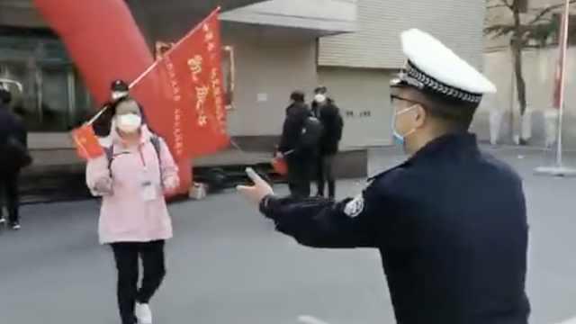 54天没见民警欲拥抱援鄂妻子被喊停,深深敬礼致意