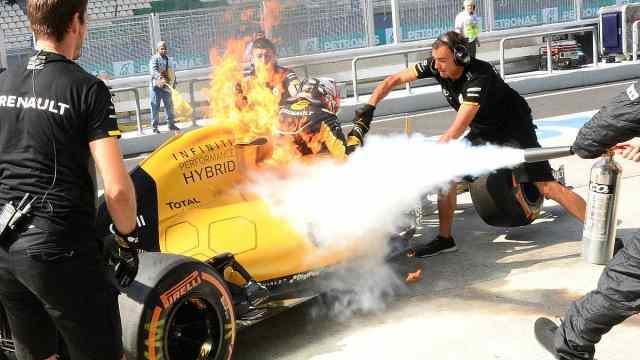 撞车?起火?轮胎飞了!F1进站事故大盘点