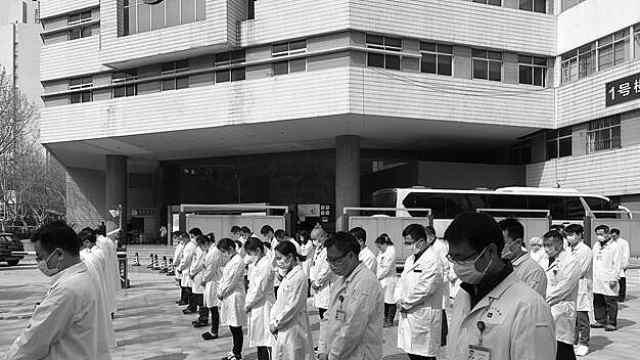 这一刻,南京医护人员为牺牲的烈士和逝去的同胞默哀!