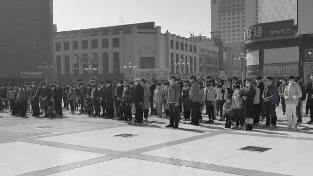 郑州市民自发在二七塔下哀悼,警报响起汽车鸣笛