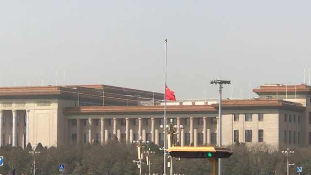 天安门广场降半旗,清明节全国为疫情中牺牲的同胞默哀三分钟