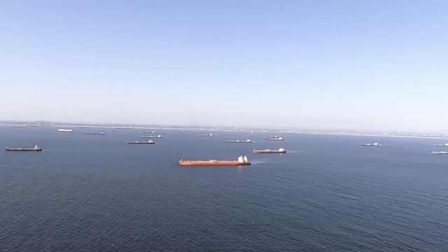 震撼航拍:2000万桶原油无处停放,暂存24艘油轮漂浮加州外海