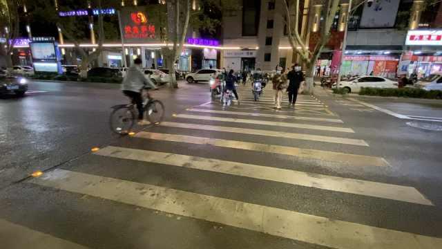 洋气!郑州首条发光斑马线上岗,市民点赞:像走星光大道