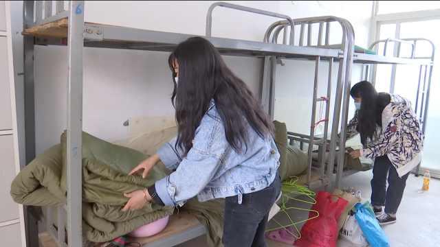 贵州一职校开学,  寝室8人间改住6人,学生睡觉脚对脚
