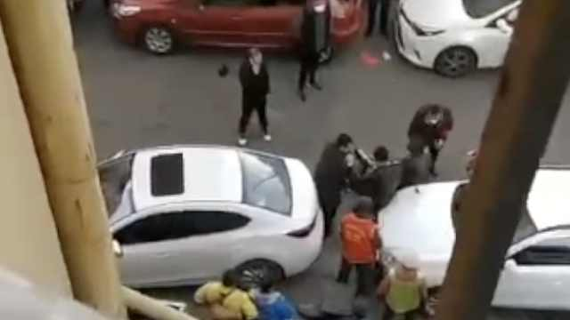 哈尔滨一男子强行闯卡,拿铁锹砍伤社区防疫志愿者