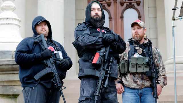美国反隔离抗议者持枪涌入议会大厦,议员受惊穿上防弹衣