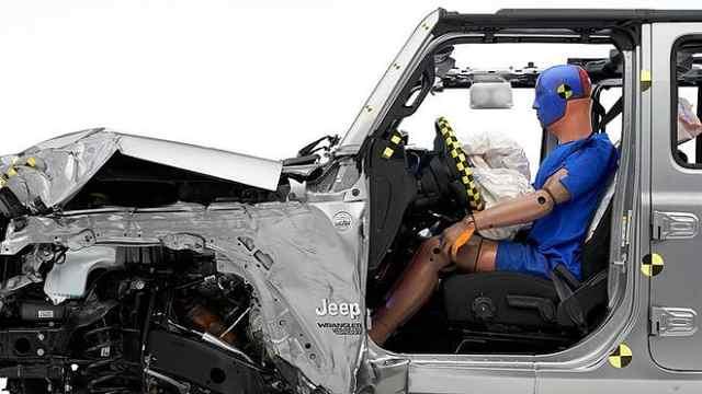 Jeep牧马人碰撞测试翻车,IIHS给出及格成绩