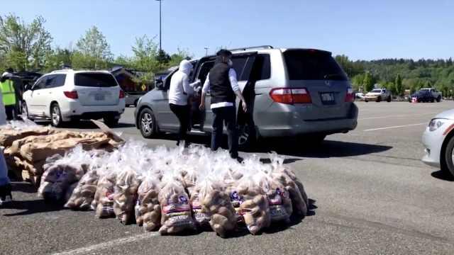 美国华盛顿州免费发放大袋土豆,以解决土豆过剩问题