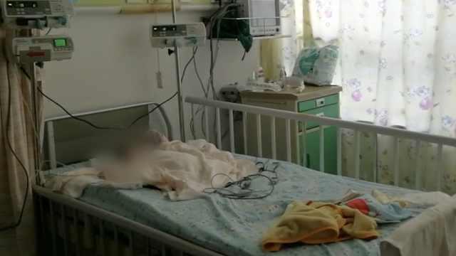 女婴被高坠洗发水砸中反复抽搐,父亲:医院已发病危通知书