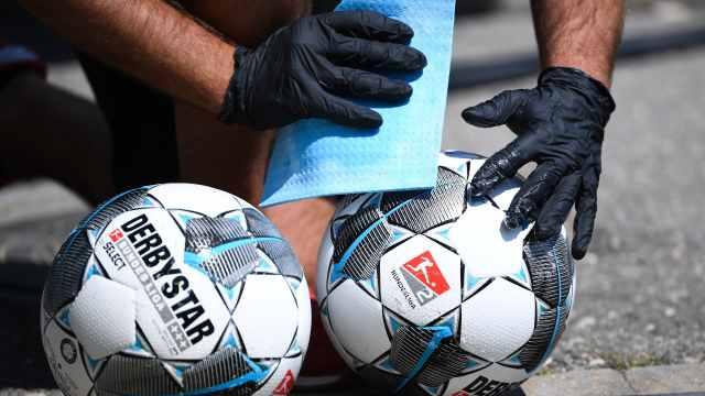 德甲复赛那些事:板凳席全隔开、给球消毒、赛前握手改碰脚