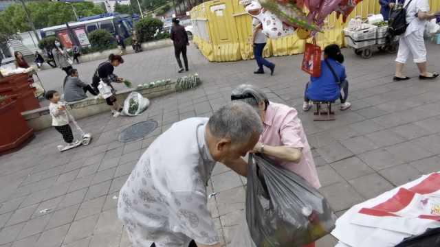 7旬夫妻遛街捡废品:怕儿子知道悄悄藏床底