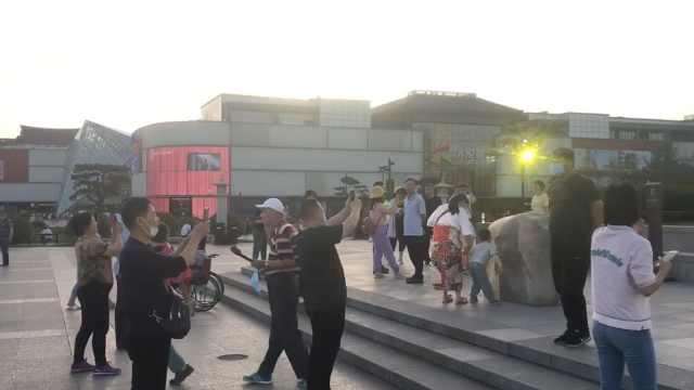 大唐不夜城回应使用三脚架拍摄需报备:怕碰伤游客,现已取消