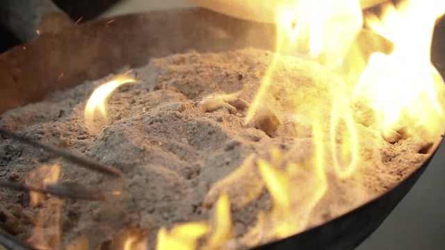 万物皆可烤的锦州烧烤:草纸包肉扔炭火