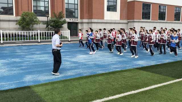 """浙江""""虎校长""""挨个叫学生起床,每天陪跑2000米"""