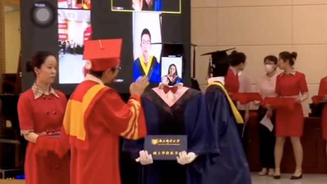 高校用机器人替毕业生领证书,同学:开始很恐怖结果很搞笑
