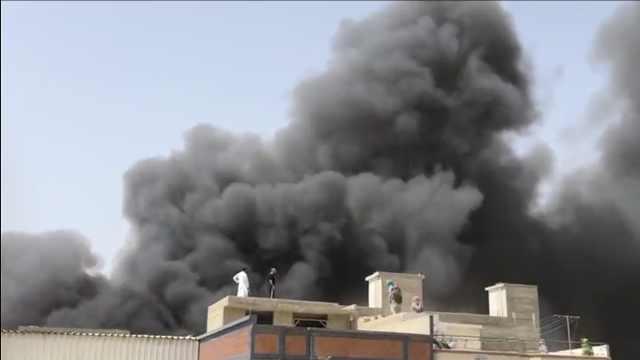 巴基斯坦载98人客机坠毁居民区,无人生还,现场浓烟滚滚