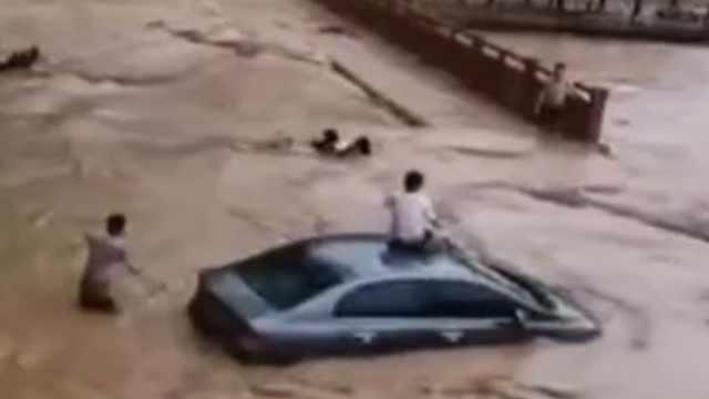 广西那坡暴雨变水城,街上两名女子险被冲走