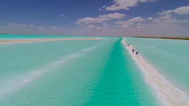 """青海现""""马尔代夫""""景观引游客:湖泊含铜量高水面呈现鲜绿色"""