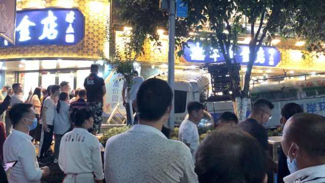 重庆南岸一环卫车疑似刹车失灵,闯入步行街撞进金店