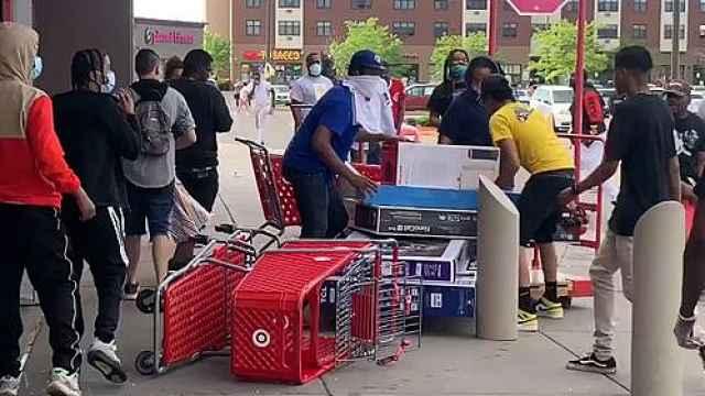 明尼苏达骚乱成聚众哄抢,多家超市遭抢劫,白