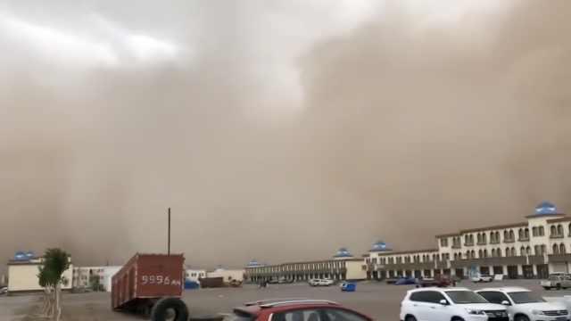 """""""突然什么都看不见了!""""内蒙古现特强沙尘暴,能见度不足2米"""
