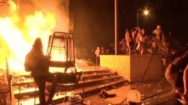 美国明州示威者攻占警局放火,警察曼哈顿逮捕抗议者画面曝光