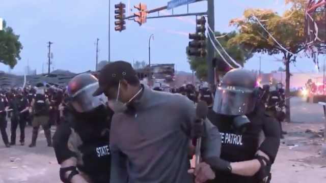 CNN黑人记者直播抗议遭警方逮捕,白人同事:我待遇完全不同