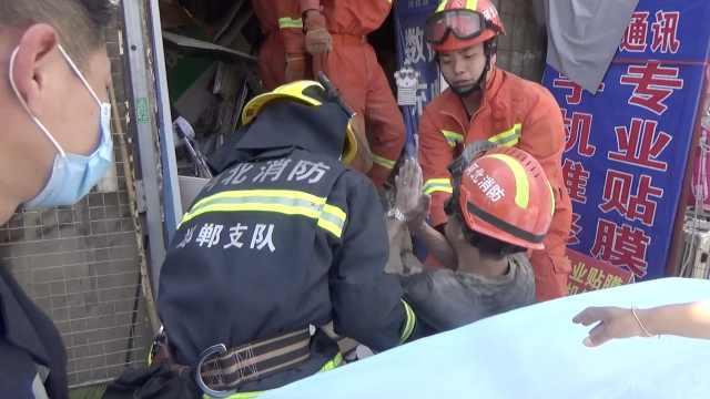 门头房房顶突然坍塌,被埋男子获救后下跪致谢