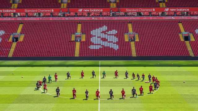 利物浦全队单膝下跪,声援遭暴力执法死亡的黑人