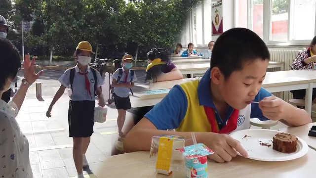 """六年级学生迎返校,学校准备暖心""""六一甜点"""""""