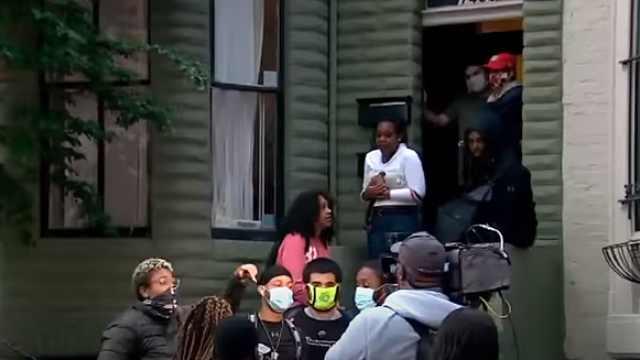警察发射催泪弹追捕,美国男子打开家门,收留100多名抗议者