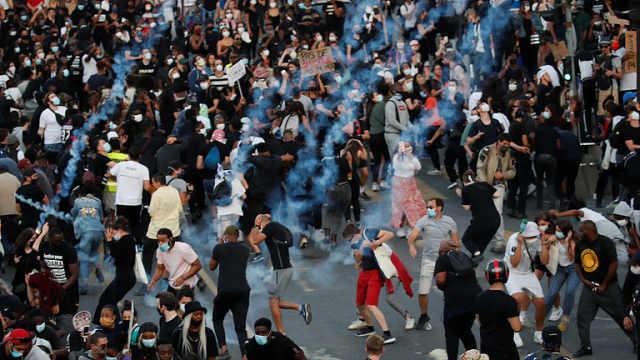 巴黎2万人抗议,为4年前受害非裔伸张正义,警方射催泪弹