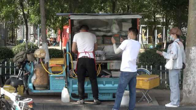 10年厨师转行卖煎饼果子:每天摆摊4小时卖百个,比上班收入高