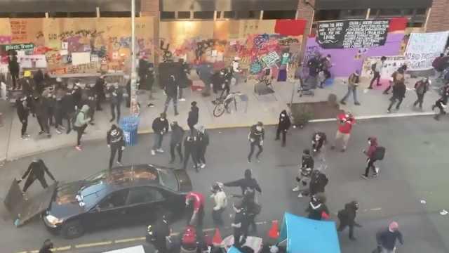 美国男子开车冲进游行人群并开枪,射伤一人后逃离现场