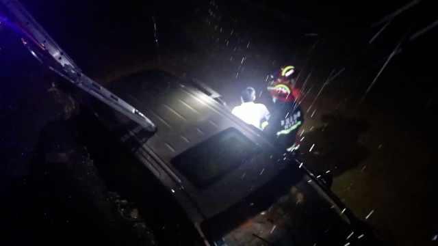 面包车翻转360度掉深g3人被困,消防员暴雨中搭梯