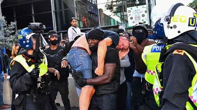 照片疯传!黑人男子出手解救遭暴打白人,首次发声